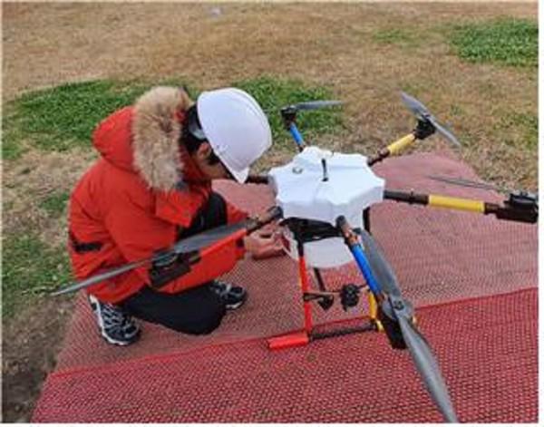 정윤호(14세) 학생이 초경량비행장치 무인멀티콥터 조종자(드론국가자격증) 시험에 있어 장비를 점검하고 있는 모습(사진 드론항공평생교육원 제공)
