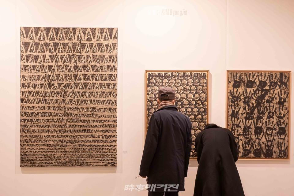 2020 화랑미술제에서 작품감상(사진_서봉섭기자)